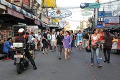 Turisti sulla strada di Khao San a Bangkok Immagini Stock Libere da Diritti