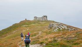 Turisti sulla traccia nelle montagne Vista panoramica delle montagne rocciose dei Carpathians, Ucraina fotografie stock