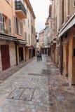 Turisti sulla vecchia via Immagini Stock Libere da Diritti
