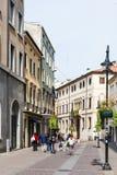 Turisti sulla via nella città di Padova in primavera Fotografia Stock