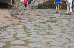 Turisti sulla via romana Immagini Stock