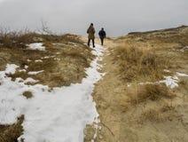 Turisti sulle dune dello sputo Lituania di Curonian sotto neve immagini stock libere da diritti
