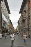 Turisti sulle vie dello stretto di Pisa immagini stock libere da diritti