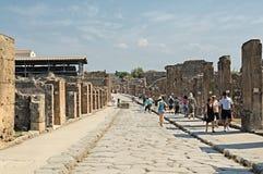 Turisti sulle vie di Pompeii Fotografia Stock