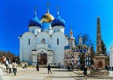 Turisti a trinità Sergius Lavra in Sergiev Posad nella regione di Mosca in Russia immagini stock