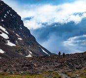 Turisti in un pasage della montagna Immagini Stock Libere da Diritti