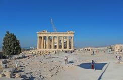 Turisti in vecchio tempio famoso del Partenone dell'acropoli della città Fotografia Stock