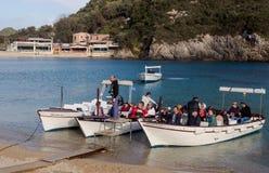 Turisti in vela delle barche per una passeggiata fotografie stock libere da diritti