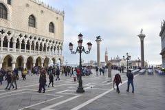 Turisti a Venezia nella piazza stock images