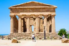 Turisti vicino al della Concordia di Tempio a Agrigento Fotografia Stock