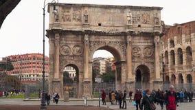 Turisti vicino all'arco di Costantina Vicino al Colosseum archivi video