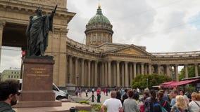 Turisti vicino alla cattedrale di Kazan a St Petersburg stock footage