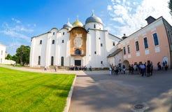 Turisti vicino alla st ortodossa russa Sophia Cathedral in Novgo fotografia stock