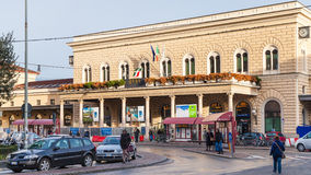 Turisti vicino alla stazione ferroviaria di Centrale di Bologna Fotografia Stock