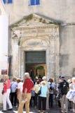 Turisti vicino a Espace Van Gogh, Arles, Francia Fotografie Stock