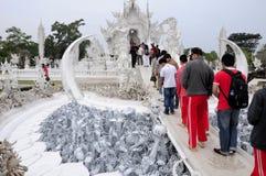 Turisti a Wat Rong Khun Thailand fotografia stock libera da diritti