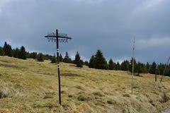 Turistic metálico hecho a mano direccional firma adentro las montañas, República Checa, Europa Foto de archivo libre de regalías