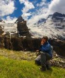 Turistico guardando un paesaggio della montagna immagine stock libera da diritti