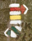 Turistico o la traccia di escursione firma i simboli sull'albero Fotografie Stock