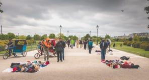 Turistköpsouvenir från gatuförsäljare Royaltyfri Bild