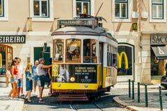 Turistlopp med den historiska spårvagnen i fyrkant av den Luis de Camoes Of Downtown Lisbon staden royaltyfri foto