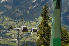 Turistloppet i kabelbil till den Planai cykeln och skidar areal på Augusti 15, 2017 i Schladming, Österrike Royaltyfria Foton