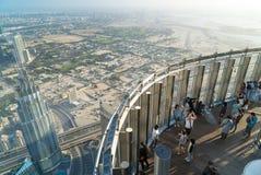 Turistmötesoluppgång på observationsdäcket på golvet 125 av det Khalifa tornet Royaltyfria Bilder