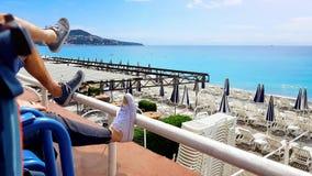 Turistpar som kopplar av nära den tomma trevliga stranden, turism i Frankrike, lugn royaltyfri bild