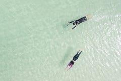 Turistparsimning i havsbakgrunden - Du kan använda fo fotografering för bildbyråer
