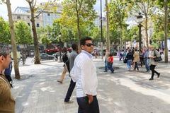 Turistpromenad på Paris gator Royaltyfri Foto