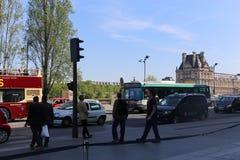 Turistpromenad på Paris gator Arkivfoton