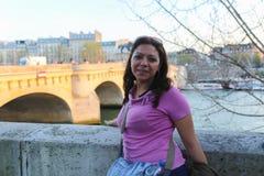 Turistpromenad på Paris gator Arkivfoto