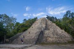 Turists die op de Piramide van Nohoch Mul in Coba beklimmen Stock Foto