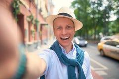turists selfie på gatorna royaltyfri bild
