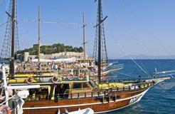 Turistskepp - Kusadasi, Turkiet Arkivbilder