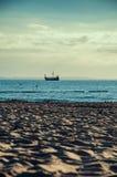 TuristViking skepp som fotograferas från stranden Arkivfoton