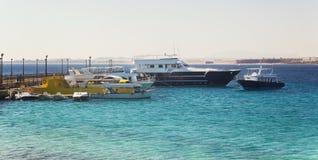 Turistyachter och fartyg nära pir i Hurghada egypt Arkivbilder
