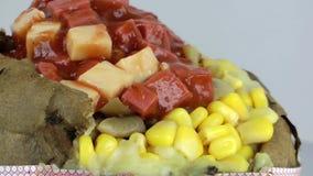 Turk bakad potatismat som är blandad med grönsaker Kumpir lager videofilmer