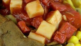 Turk bakad potatismat som är blandad med grönsaker Kumpir arkivfilmer