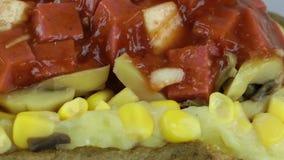 Turk bakad potatismat som är blandad med grönsaker Kumpir stock video