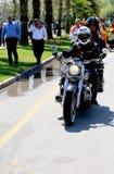 Turk Chopper-Mitglieder, die ihr Motorrad am orange Blüten-Karneval reiten Stockfotos