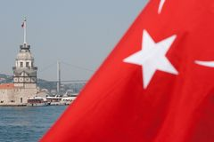turk för flaggaistanbul jungfru- torn Royaltyfri Fotografi
