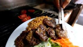 Turk grillade köttbullen till plattan på restaurangen arkivfilmer