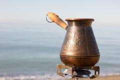 Turk med kaffe på en gasgasbrännare stock illustrationer