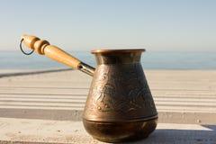 Turk met koffie op de waterkant Royalty-vrije Stock Foto's