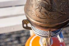 Turk met koffie op de waterkant Royalty-vrije Stock Afbeelding