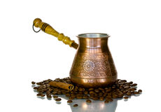 Turk met koffiebonen op wit Stock Foto's
