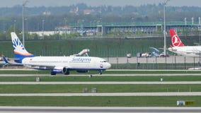 Turk- och SunExpress strålar som åker taxi i den Munich flygplatsen stock video