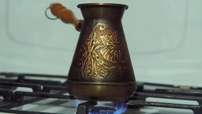 Turka καφέ στην πυρκαγιά Στο αέριο η σόμπα είναι χαραγμένος χαλκός Τούρκος Ζυθοποιός καφέ Άσπρη σόμπα αερίου με το κάψιμο της πυρ απόθεμα βίντεο