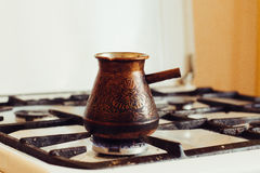 Turka con caffè sulla stufa di gas Fotografia Stock Libera da Diritti